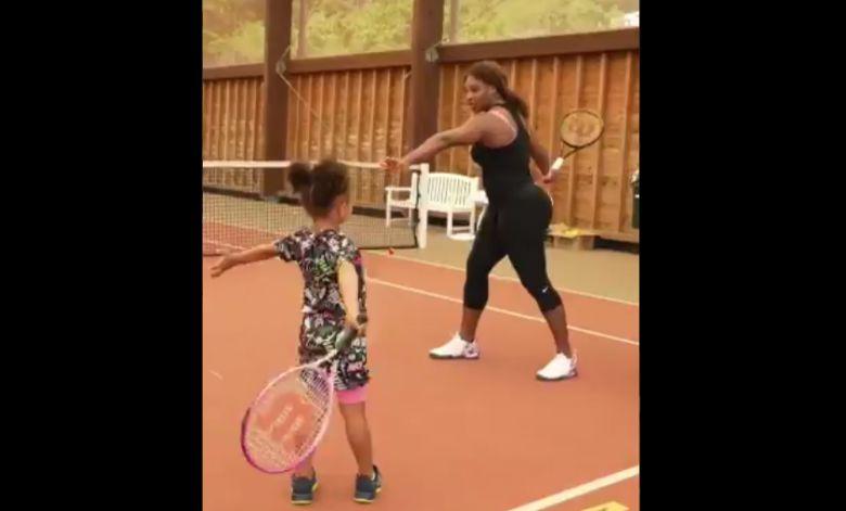 Insolite - Quand Serena Williams donne un cours de tennis à sa fille !